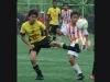 José Burgos (d), de la academia Alfaro Moreno, disputó el balón con un jugador del Barcelona en el encuentro de la categoría Sub 15 en la fase de semifinales del torneo barrial