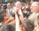 Joseph Blatter, presidente de la FIFA,(c) se mostró como un hombre sencillo y no pudo ocultar su emoción al ser recibido por los niños del Interbarrial. Junto a él, constan Luis Chiriboga (i) y Denis Dau (d), mentalizador del semillero del fútbol ecuatoriano.