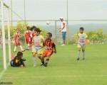 Momento en el que Diego Bravo (i, 20) adelantó en el marcador al equipo Alfaro A (sub-9)