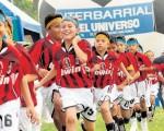 Integrantes de la Escuela de Fútbol del Batallón V Guayas que ayer intervinieron en la inauguración del Campeonato Interbarrial de Fútbol, organizado por Diario EL UNIVERSO.