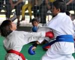 Jairo Moncada (i), de los 4 Mosqueteros, se enfrentó a Carlos Villacréses, de la Asociación de Karate del Guayas, en la serie 9 años. El combate corresponde a la segunda fecha del torneo barrial.