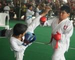 Ernesto Loyola (i), de la academia Loyola, se enfrentó ante Ángel Burgos, de Bravo's Shotokan Karate do, en la categoría para menores de 8 años del torneo Interbarrial de Karate.