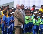 El profesor Denis Dau Karam (c) ha dirigido los interbarriales de fútbol por 25 años consecutivos y su trabajo es reconocido por personajes del fútbol nacional e internacional.