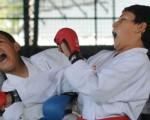 Jorge Ortiz (i) en uno de los combates del barrial ante Víctor Muñoz.