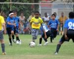 Bryan Samuel Cangá (c), de la Canchita, marcó tres goles en la victoria 4-0 de su equipo sobre a E.F. PJ en la segunda fecha del Interbarrial de Fútbol que se realizó en la Ciudad Deportiva.