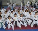 Grupo de deportistas que surgió del Interbarrial de Karate y que ganó la corona para Guayas en la clasificación general del torneo nacional Infantil.