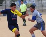 Josué Yagual (i), de Academia Wilson Carabalí, es marcado por Ángelo Molina, de Emelec C, en juego por la división sub-16.