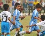 Anderson Cuero (8), de Cristo te ama, trata de eludir la marca de Luis Clavijo (segundo desde la derecha), de Yaguachi.