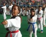 Deportistas, encabezadas por Mell Mina, realizaron una demostración de combate simulado durante la inauguración de la XIII edición del torneo barrial.