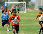 Jesús Mauza (c) convirtió el primer tanto en la goleada 4-0 de su equipo, Alfaro D, sobre la Unidad Educativa Mundial, en la serie sub-6. El compromiso se disputó en la cancha 2 de la Ciudad Deportiva y contó con el aliento de buena cantidad de padres de familia.