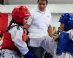 Madly Martillo (i), de la academia 27 de Noviembre, de Salitre, se enfrentó ante Isis Ruiz, de la Unidad Educativa San Francisco de Asís, en combate por la primera fase del Interbarrial de Taekwondo.