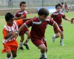 Jamil Farah (c), de la Unidad Educativa Javier, intenta dominar el balón ante la marca de los jugadores de la Escuela Alfaro L.