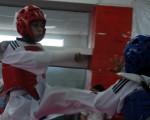 Nicolás Salinas, en uno de los combates del XIII Campeonato Interbarrial de Taekwondo, que auspicia Diario EL UNIVERSO, se enfrentó ante Luis Palma en el Polideportivo Huancavilca.