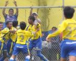 Los jugadores de la Asociación Deportiva Naval Juniors celebran el tanto que les dio la victoria 1-0 (con gol de Luis Cano) sobre Independiente del Valle en la final de la sub-13 y con la que se coronaron campeones de la categoría. El cotejo se desarrolló en la cancha 12 de la Ciudad Deportiva el sábado anterior en la clausura del Interbarrial 2011.