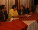 Roberto Frydson (i), Fausto Quimba, Patricio Sandoval, Jeanine Cuadros, Ian Marshall, Arturo Bravo y el profesor Denis Dau Karam en una de las reuniones de los torneos barriales.