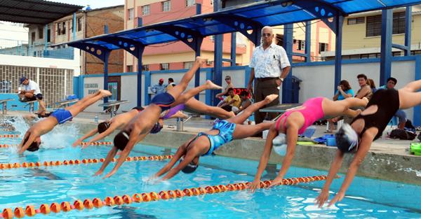 El torneo novatos de nataci n el m s antiguo de los for Piscina de natacion