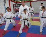 Arturo Bravo, director del Interbarrial de Karate, en una de las clases con chicos que intervendrán en el Interbarrial de este año.