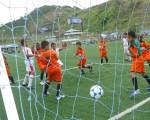 Jimmy Paredes (c), de ADN, cabeceó en el arco de Alfaro Moreno para conseguir el tercer gol con que su equipo ganó 3-0.