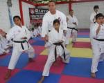 Arturo Bravo, director del Interbarrial de karate, en una de las clases con los alumnos que intervendrán en el torneo barrial.