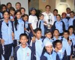 Pierina Correa (c), presidenta de la Federación Deportiva del Guayas, junto a deportistas que actuaron en el Novatos Regional y que ganaron la competencia en la clasificación general.