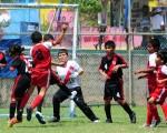 Jorge Espinoza (8), de River, bloquea a Deportivo Sagrario, en el juego en el que ambos equipos quedaron campeones.