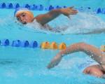 Pamela Reyes (i), del Club Coello, superó a su compañera de equipo, Rebecca Birkett, en la última jornada del Interbarrial de natación celebrado en la piscina Olímpica.