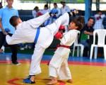 Brandon Moreira (i), de Karate-Barcelona, se enfrentó ante Jairo Moncada, de los Cuatro Mosqueteros, en la categoría 10 años.