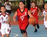 Doménica Flores (8), del club Everton (La Libertad), intentó frenar a Karla Marcillo (5), del Club Sport Sor Teresa de Valsé (Azuay), en la categoría sub-11 niñas, en el Interbarrial de básquet.
