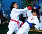 Dayana Intriago (i), de la academia Intriago, se enfrentó ante Ginger Piloso, de Bravos Shotokan-Barcelona, en la serie 10 años, avanzados, del decimotercer Campeonato Interbarrial de Karate