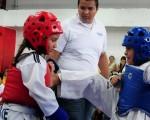 Madely Martillo (i) se enfrentó ante Isis Ruiz, en uno de los combates del Campeonato Interbarrial de Taekwondo 2011.