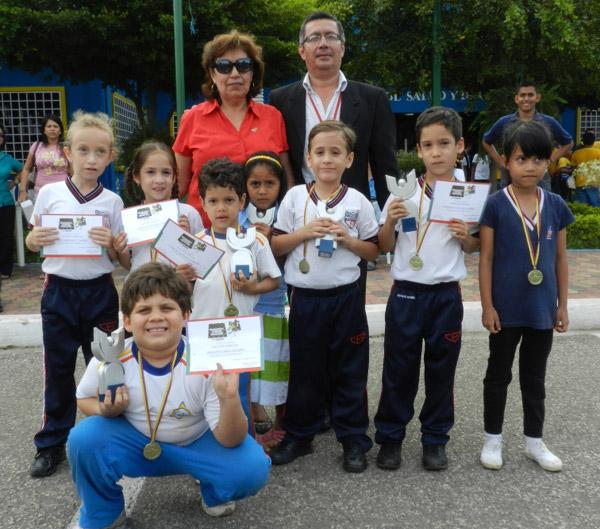 Alumnos del Centro Educativo Miraflores junto a la directora del torneo Interbarrial, Martha Baquero de Fierro.