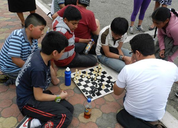 Los jugadores que actuaban en el barrial de ajedrez aprovechaban para jugar, entre ellos, en los exteriores de la sala donde se realizaba el torneo.