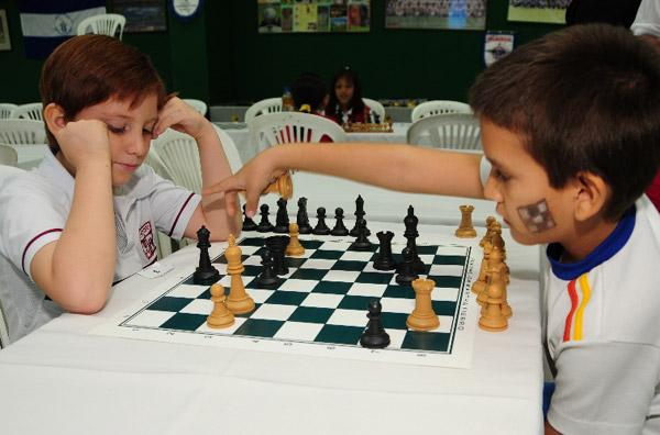 Nicolás Fiallo (i), del colegio Javier, se enfrentó ante Rafael Sánchez, del CEBI, en la categoría para menores de 8 años.