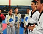 Fausto Quimba, director del certamen barrial de taekwondo, en una charla con deportistas que participaron en el torneo 2011.