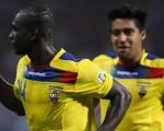 Segundo Castillo (i) festeja su gol con Cristian Noboa y Antonio Valencia en el empate (a 1) ante Venezuela, el pasado 16 de marzo, en Puerto La Cruz, por las eliminatorias para Brasil 2014.