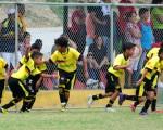 Los jugadores de Barcelona celebraron con sus padres, y entre ellos, el segundo gol que consiguieron ante Deportivo Cuenca, en el triunfo 2-1 de la categoría sub-10 por el Campeonato Interbarrial de Fútbol Diario EL UNIVERSO-Copa Samsung.