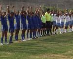 Integrantes del Liceo Cristiano (i) junto a las jugadoras del Liceo Grancolombiano antes de disputar la final de la serie sub-17.