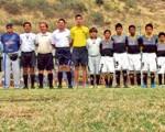 Emelec junto a su técnico Enrique Raymondi (gorra); los jueces Marcelo Martínez, Marco Flores, Francisco Méndez; el entrenador de Barcelona, Kevin Arreaga, y el plantel de los toreros sub-12.