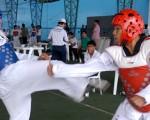 Luis Obregón (i), del colegio Vicente Rocafuerte, se enfrentó ante Bryan Núñez, del club Caribe, en uno de los combates finales del Campeonato Interbarrial de Taekwondo de EL UNIVERSO.