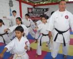 Arturo Bravo, director del Campeonato Interbarrial de Karate que auspicia Diario EL UNIVERSO, dirige una clase de deportistas en categorías menores.
