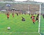 Guido Manolo Campaña / Carlos Donoso Leandro Maya (d), de Rocafuerte, corre a celebrar su gol, mientras el meta Ángel Boza, de la Academia Alfaro P, queda en el piso luego del remate de Maya.