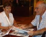 Martha Baquero, directora del Torneo Interbarrial de Ajedrez, que auspicia Diario EL UNIVERSO, en la planificación del evento junto al responsable de los barriales, profesor Denis Dau. Archivo
