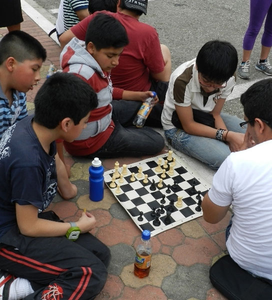 Los deportistas practicaban en los exteriores del auditorio mientras esperaban su turno para jugar.
