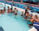 Alumnos del Club Diana Quintana escuchan las indicaciones que les imparte su profesor durante una de las clases en la piscina de 25 metros de esta institución. Carlos Barros