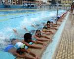 Niños que practican natación en la piscina Alberto Vallarino de la Federación Deportiva del Guayas y que irán al Novatos.