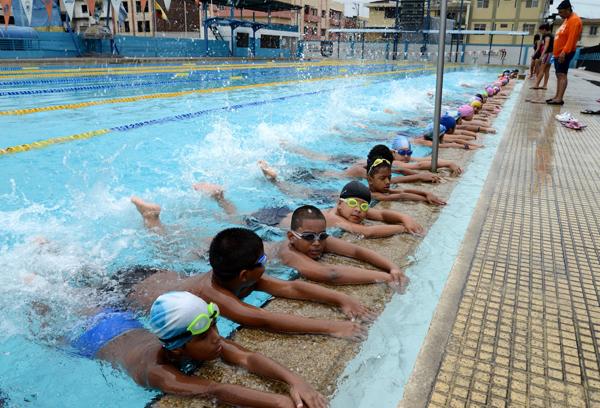 Deporte como forma de vida clases para ni os en nataci n for Clases de piscina para bebes