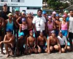 ESMERALDAS. El profesor Adolfo Coronado en el centro de los pequeños nadadores esmeraldeños que actuarán en el Novatos de Diario EL UNIVERSO.