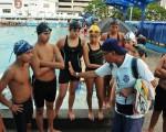 Juan Landívar, técnico de la Asociación Provincial de Natación del Guayas, en una charla con deportistas novatos.