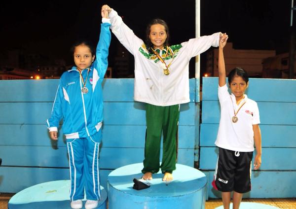 Ivi Macías (i), Milenka Rosero (c) y María Emilia Játiva fueron las ganadoras de la prueba 50 metros espalda, serie 7-8 años.