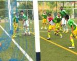 Los jugadores de Guspal observan cómo el balón se coló en las redes, tras el tercer tanto de LDC Milagro en la goleada 4-0. Ángel Aguirre